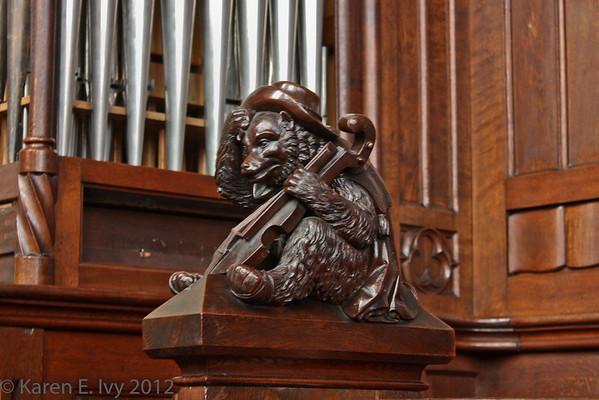 Choir stall, St. Martin's, bear with fiddle