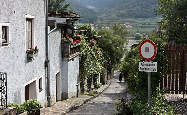 Duernstein, street to river